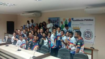 Os jovens se reuniram na Câmara de Vereadores  para protestar durante audiência