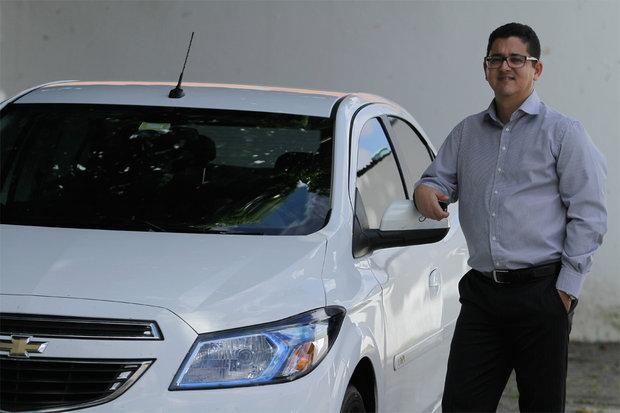 Mário Fredson é portador de deficiência e por isso recebe isenção do IPI e ICMS ao comprar um carro novo (Foto: Marina Silva/CORREIO)