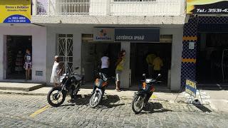 O criminoso roubou aparelhos celulares e dinheiro dos clientes e da lotérica.