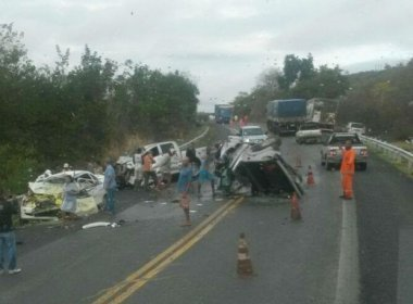 A colisão envolveu três carros, duas caminhonetes e um carro pequeno.