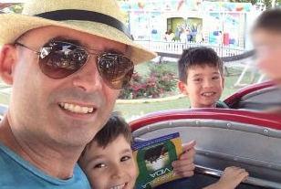 Nabor Coutinho Oliveira Junior, 43 anos, a mulher Lais Khouri, 48 anos, e as crianças Arthur, 7 anos, e Henrique, 10 anos.