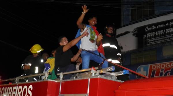 Isaquias desfilou  com enrolado com as bandeiras do Brasil e de Ubaitaba