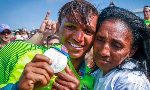 Isaquias comemora com  a mãe mais uma medalha