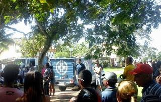 O guia de turismo Evangilmário Souza Campos amarrou uma corda no próprio pescoço e depois pulou de uma árvore