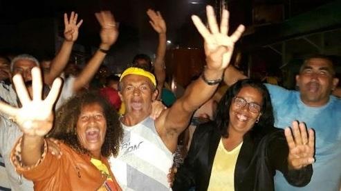 O vereador e seu grupo com a candidata da oposição ,Suka Carneiro