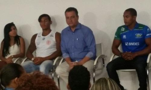 O governou conversou demoradamente com os atletas. (foto: Whatssp)