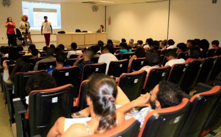 Cerca de 70 jovens foram ao Pavilhão 5, do campus de Ondina. O foco das aulas do grupo foi a área de humanas