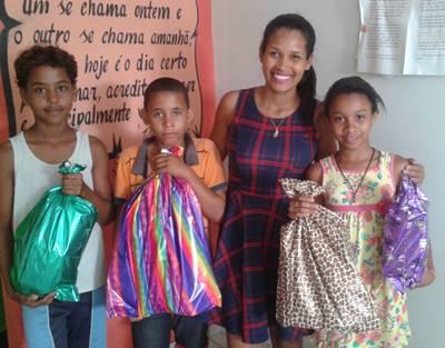 A locutora Jessica Costa e as crianças  sorteadas