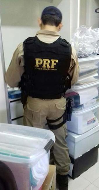 Agente da PRF faz busca em casa de um dos investigados