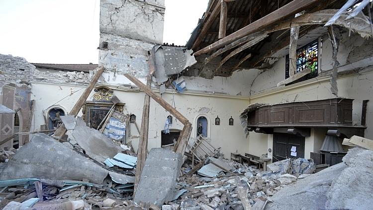 Até o momento, foram encontradas dezenas pessoas feridas sob os escombros,