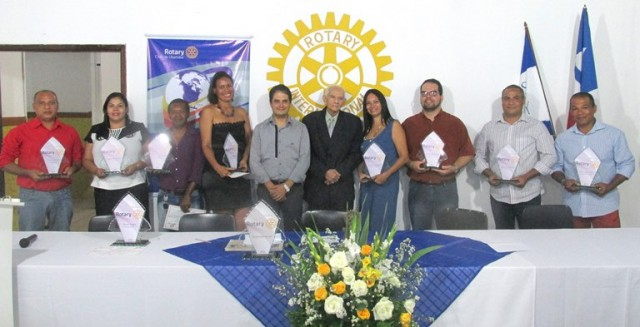 Presidente do Rotary e Dalmogil A. Pinto ao lado  dos homenageados