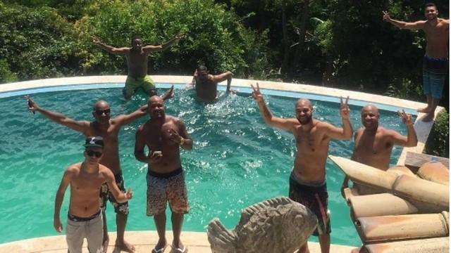 Adriano  decidiu passar o fim de semana em Búzios com um grupos de amigos, pagando tudo