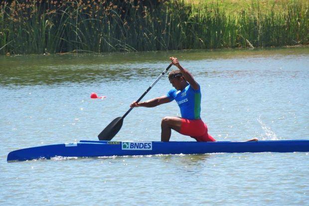 Isaquias rema forte durante Sul-Americano de Canoagem  (Foto: Reprodução)