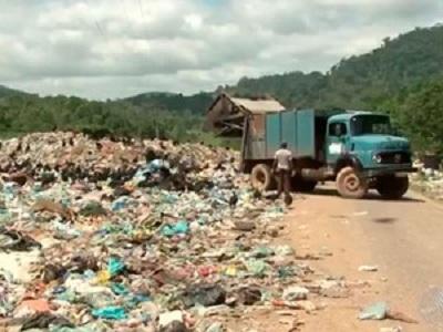 Lixão ocupa rodovia no sul da Bahia (Foto: TV Santa Cruz)