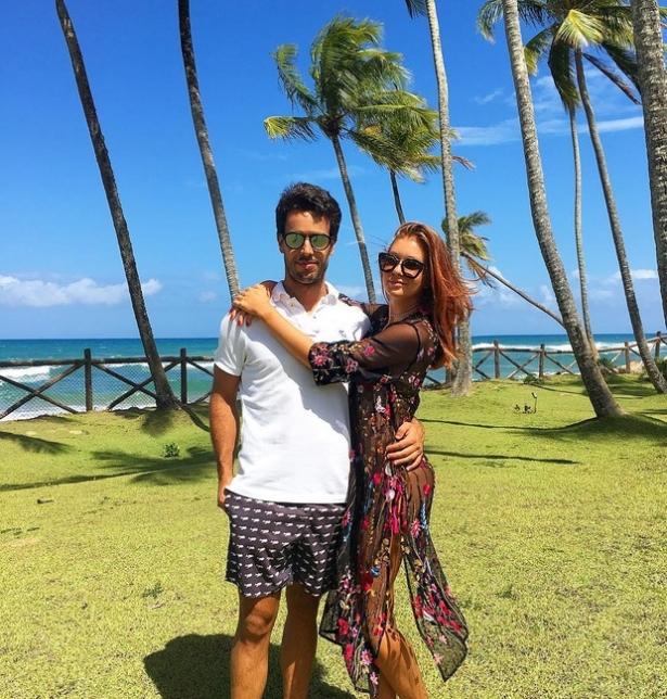 Atriz posou ao lado do namorado em uma mansão que recebe muitos famosos na belíssima praia de Taipu de Fora.