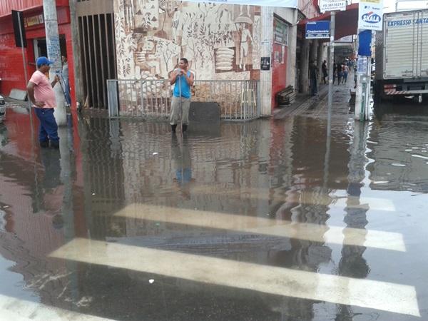 A praça Adami no centro de Itabuna ficou alagada