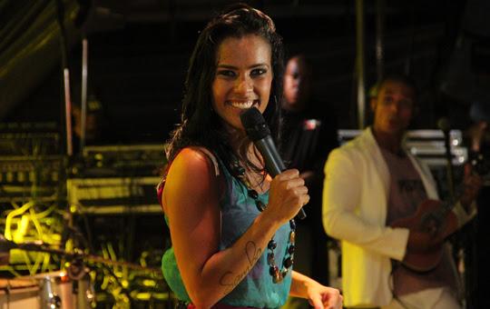 Ju Moraes comemora o dia do samba,
