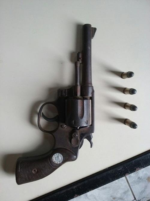 O revolver 38 e municção foi encontrada com os elementos