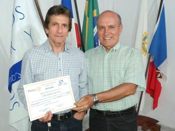 Espedito Silva (esq.) recebendo o certificado da premiação, das mãos de Keked Soares (foto: H. Hugo)