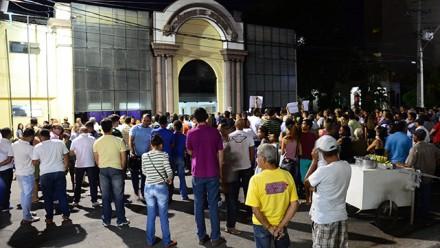 Manifestantes em frente à Câmara (Foto: Zenilton Meira)