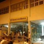 QUADRILHA EXPLODE AGÊNCIA NO INTERIOR DA BAHIA, ATIRA EM POLICIAL E FAZ MORADORES DE REFÉNS