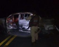 Para impedir a ação policial, eles tombaram um veículo no meio da pista e atearam fogo.