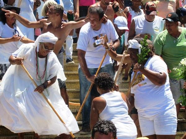 O prefeito participou da lavagem junto com as Baianas