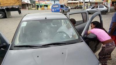 O veículo foi atingido por vários tiros
