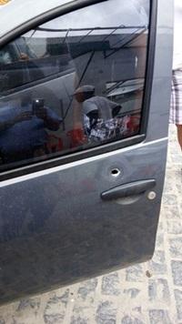 A porta do lado do motorista foi atingida