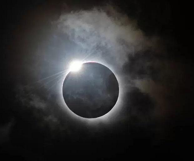 O eclipse solar ocorre quando a lua passa entre o Sol e a Terra e bloqueia parcialmente ou totalmente o disco