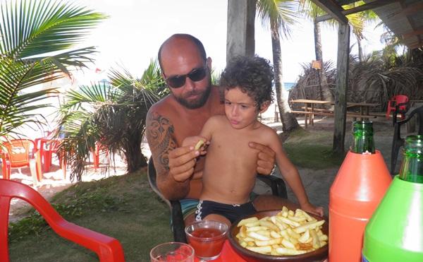 Bruno e o filho Breno saboreando batatinhas fritas