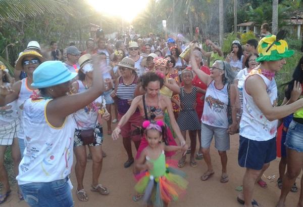 Centenas de foliões dançaram ao som das marchinhas