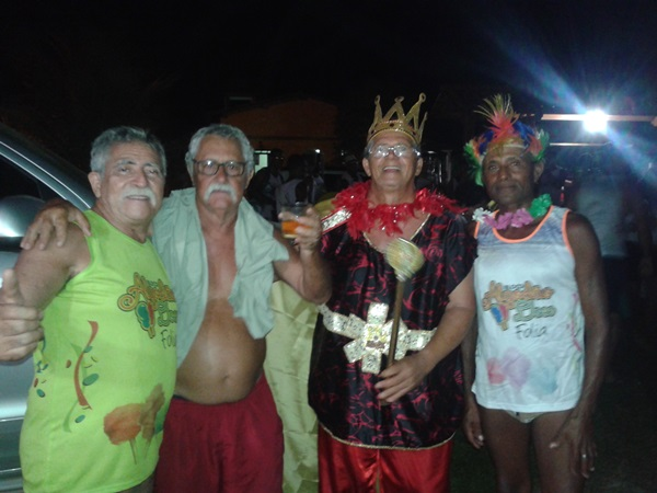 Veranistas ao lado do Rei Momo