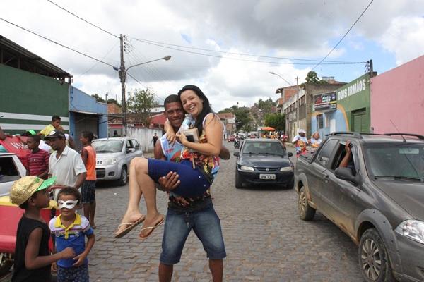 A prefeita Liu Andrade foi levada nos braços do folião