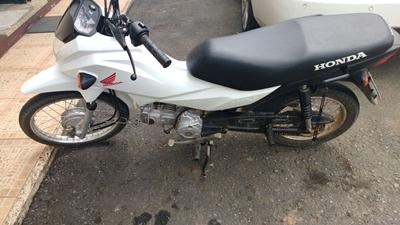 Uma moto Pop 100 foi encontrada em poder dos bandidos