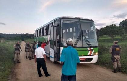 Nem o ônibus escapou da abordagem da PM.