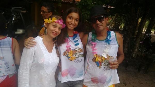 O vereador ubaitabense, Neto Ribeiro  ao lado da mulher e filha  não resistiu a folia