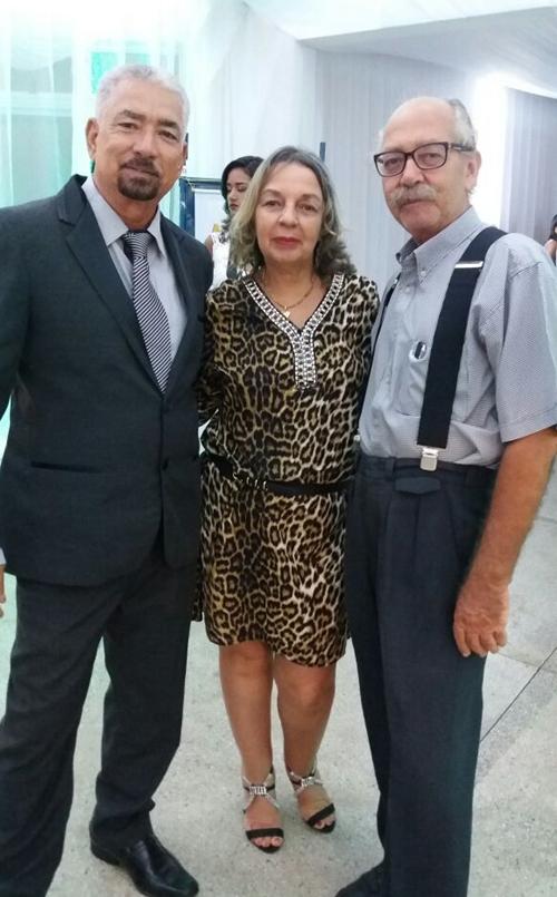 O  artista plástico, Renart, sua irmã Socorro, ao lado do jornalista Humberto Hugo, pai da graduada