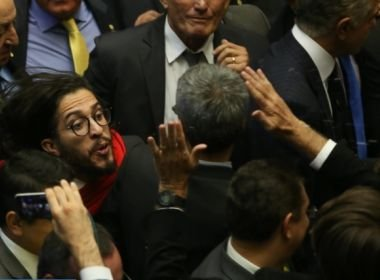 Jean Wyllys cuspiu no Bolsonaro durante a análise do processo de impeachment da então presidente Dilma Rousseff.