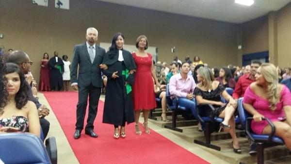 Rebecca sendo conduzida pelos pais para a Colação de Gráu.