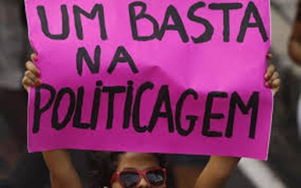 Uma das causas do atraso político na população é a politicagem