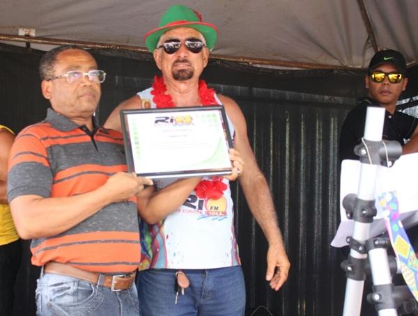 O proprietário da Farmácia Vida,  Milton Barbosa recebe a Homenagem