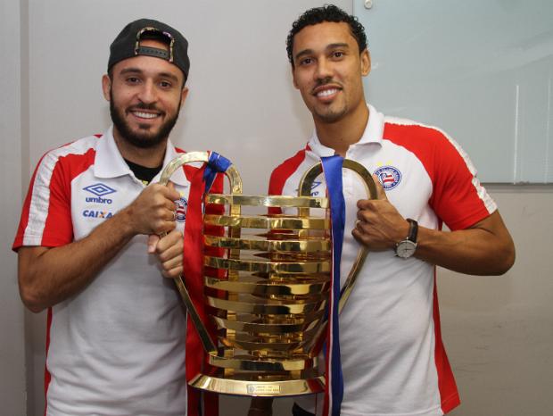 Regis e Edigar Junio exibe o mais novo troféu da coleção tricolor (Foto: Evandro Veiga / Correio)