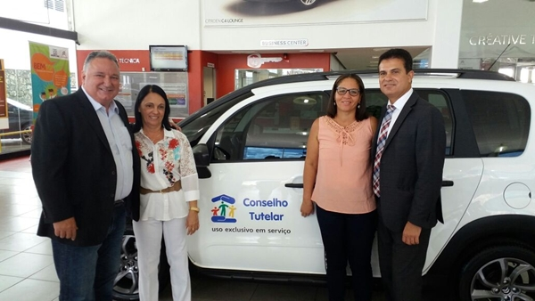 A prefeita Gracinha Viana recebe as chaves do Veículo para O Conselho tutelar de Maraú