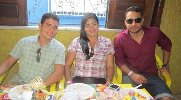 Hugo ao lado da irmã e do advogado, Paulo