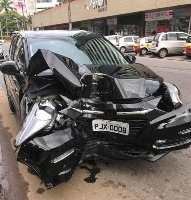 Carro ficou com a frente destruída com a batida (Foto: Reprodução   Facebook)