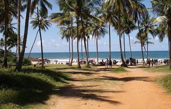 Dezenas de ambulantes trabalham  nas praias de Itacaré