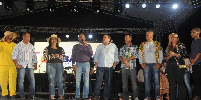A prefeita  Suka, ladeada apelos deputados e autoridades abriu oficialmente o S. . João de Ubaitaba