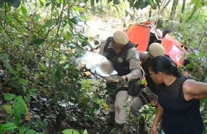 policial retira corpo do bebê dos escombros