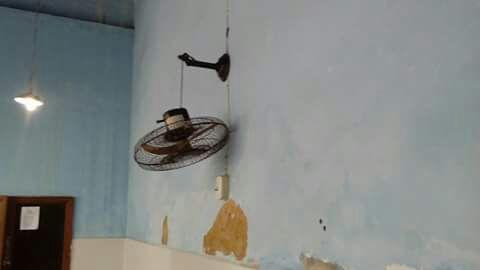 O teto das salas de aulas poderá desabar